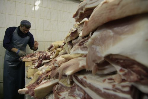 24 сотрудника Великолукского мясокомбината заболели коронавирусом
