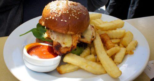 В Тель-Авиве открылся ресторан, где угощают куриным филе, выращенным в реакторе